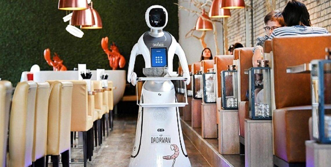 "2020 637267697237817212 781 1140x575 - بالصور..مطعم هولندي يتخطى أزمة كورونا.. بـ""روبوتات"""
