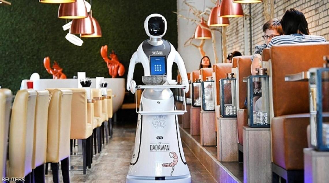 """2020 637267697237817212 781 - بالصور..مطعم هولندي يتخطى أزمة كورونا.. بـ""""روبوتات"""""""