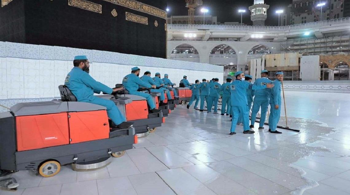 لتطهير ٣٥٠٠ عامل المسجد الحرام وتعقيمه وتعطيره على مدار الـ ٢٤ ساعة - ٣٥٠٠ عامل لتطهير المسجد الحرام وتعقيمه وتعطيره على مدار الـ ٢٤ ساعة