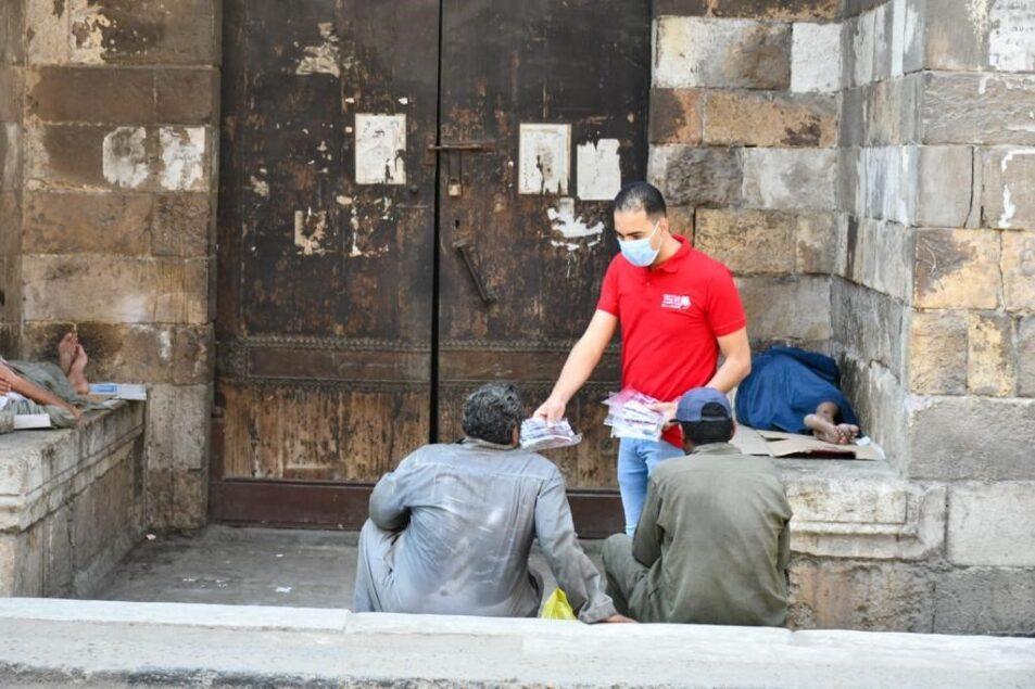 15 953x635 - بنك الكساء يوزع نحو 5 آلاف كمامة على دور الإيواء ومن هم بلا مأوى بالشوارع