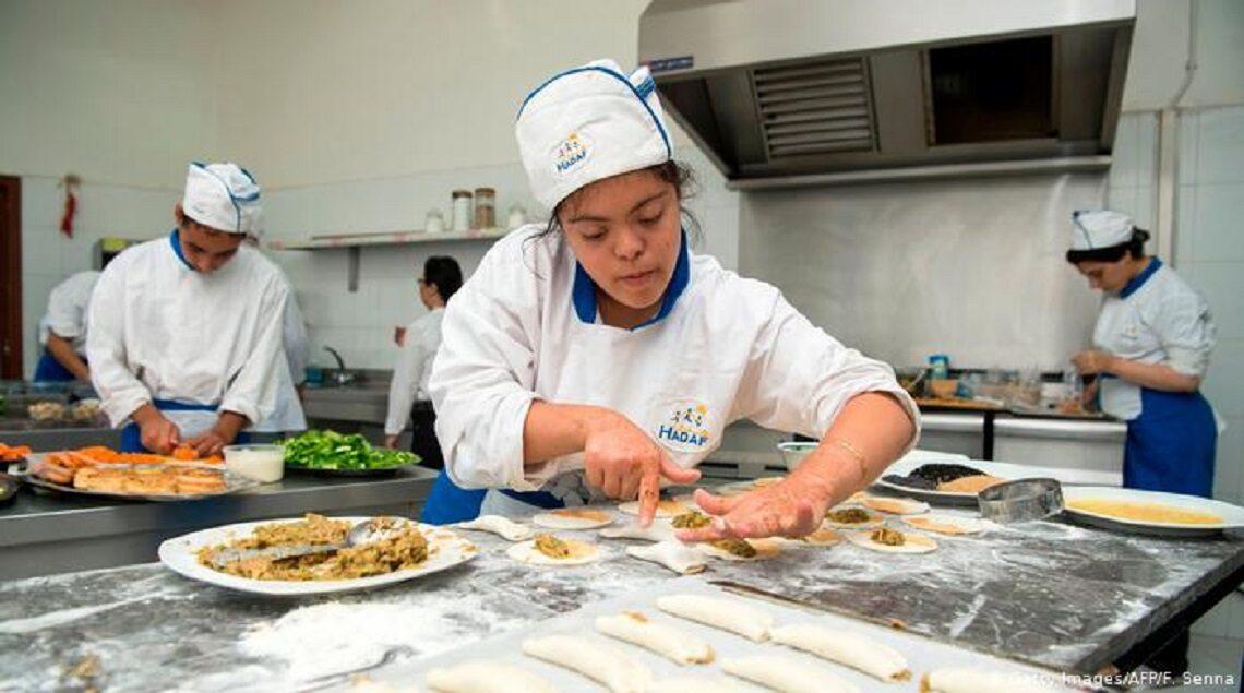 """41765168 303 1140x635 - """"هدف"""" مطعم جديد بالعاصمة المغربية يبعث الأمل لذوي القدرات الخاصة"""