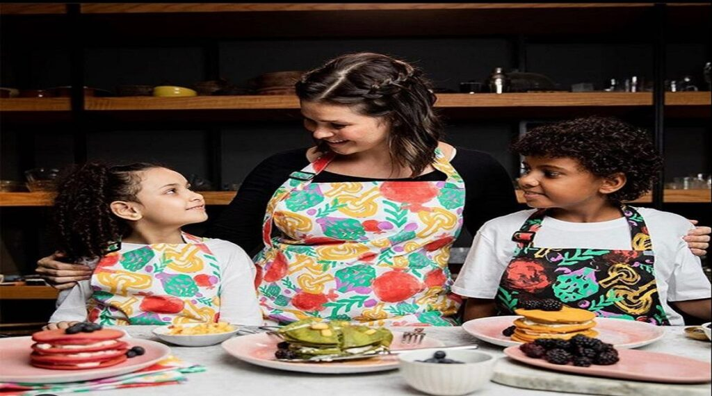 """24278fbe a0bf 4e35 ab85 69b2df5d79a4 1024x570 - تحت شعار """"اطبخ بدون كلام"""".. يسرا اللوزي تطلق فيديو جديد بلغة الإشارة لدعم الأطفال ضعاف السمع"""