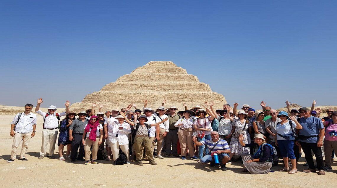 5f68ecba 07ff 4a89 bf18 2fc03be25040 1140x635 - إيمانًا بأهمية السياحة الثقافية.. منطقة آثار سقارة تستقبل أول فوج سياحي من فرنسا