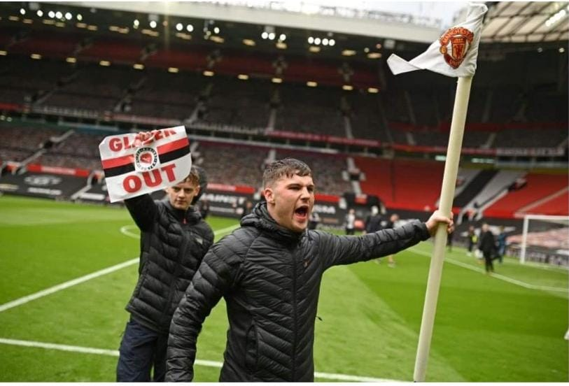 .jpg - جماهير مانشستر يونايتد تقتحم ملعب المباراة